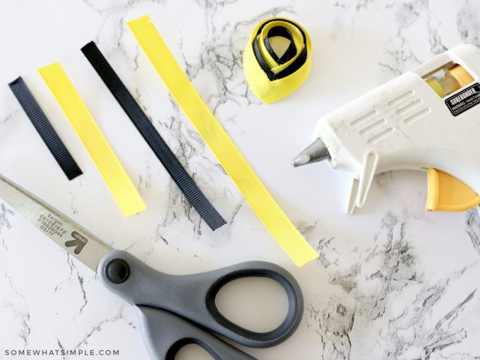making a bumblebee bow from ribbon