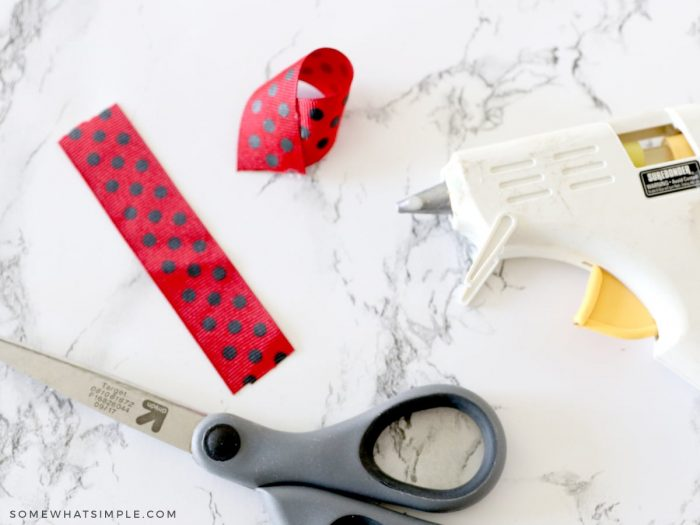 making a lady bug bow from ribbon